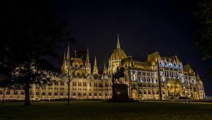 Обои Будапешт Венгрия Дома Памятники Дизайн Газон Ночь Городская площадь Kossuth Square Города фото