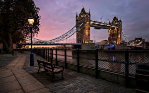 Картинка Речка Мосты Вечер Лондон Скамейка Ночные Уличные фонари Города