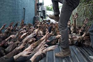 Обои Ходячие мертвецы Зомби Руки Ноги Фильмы фото