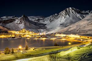Обои Франция Зимние Горы Дороги Дома Снег Ночные Уличные фонари Tignes Природа