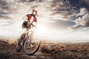 Фото Небо Мужчины Велосипеды Шлема Облака спортивная