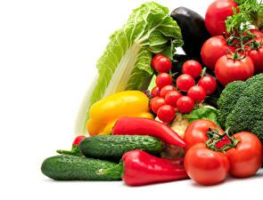 Фотография Овощи Томаты Перец Огурцы Капуста Белый фон Пища