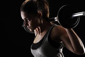 Картинки Фитнес Гантели Майка На черном фоне Физическое упражнение спортивные Девушки