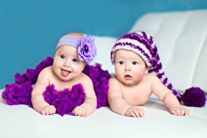 Обои Младенцы Двое Шапки Взгляд Дети фото