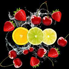Картинки Клубника Черешня Лимоны Лайм Черный фон Брызги Пища