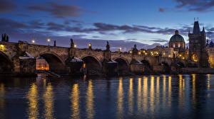 Фотография Чехия Прага Реки Мосты Здания Карлов мост Ночью Уличные фонари Nove Mesto Города