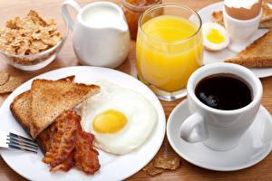 Обои Натюрморт Кофе Хлеб Мясные продукты Сок Молоко Чашка Тарелка Яичница Стакан Еда фото