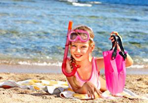 Обои Девочки Пляж Очки Песок Взгляд Дети фото