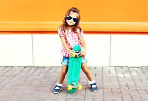 Фото Роликовая доска Девочка Очки Ноги Дети