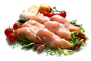 Фото Мясные продукты Овощи Помидоры Лук репчатый Чеснок Курятина Белый фон Еда