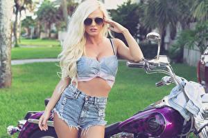 Обои Aida Ridic Harley-Davidson Блондинка Шорты Очки Девушки Мотоциклы фото