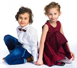 Обои Белый фон Девочки Мальчики Двое Платье Рубашка Взгляд Дети фото
