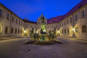 Картинки Германия Дома Фонтаны Скульптуры Мюнхен Ночь Уличные фонари Wittelsbach Fountain