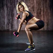 Фотография Фитнес Блондинка Ноги Кроссовки Гантели Девушки Спорт