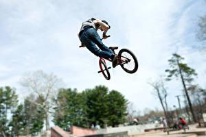 Фотографии Велосипед Джинсы Прыжок спортивный