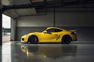Фото Porsche Желтый Сбоку Cayman GT4 Авто