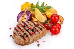 Обои Мясные продукты Помидоры Картофель фри Лук репчатый Белом фоне
