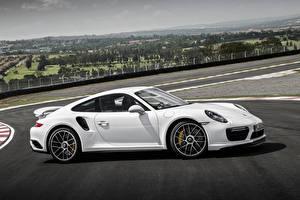 Фото Порше Белый Сбоку 911 Turbo S Coupe Авто