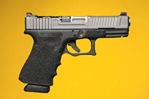 Картинка Пистолеты Крупным планом Цветной фон Glock Армия