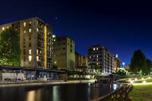 Картинка Италия Дома Водный канал Ночные Уличные фонари Milano