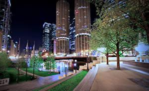 Картинки Штаты Здания Небоскребы Реки Мосты Чикаго город Деревья Ночь Уличные фонари Города