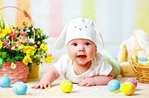 Картинка Пасха Младенцы Шапки Яйца Смотрит Ребёнок