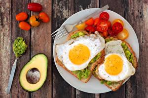 Картинка Бутерброды Помидоры Вдвоем Яичница Тарелка Продукты питания