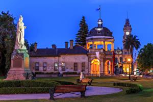 Картинка Австралия Здания Памятники Газон Скамья Ночью Уличные фонари Rosalind Park Bendigo Города