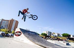 Фото Велосипеды В прыжке Шлем Подросток спортивные