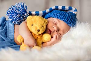 Фотография Игрушка Плюшевый мишка Младенца Спит В шапке Дети