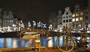 Картинки Амстердам Нидерланды Дома Мосты Водный канал Ночные Велосипед
