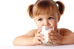 Обои Молоко Девочки Шатенка Стакан Руки Белый фон Взгляд Дети фото
