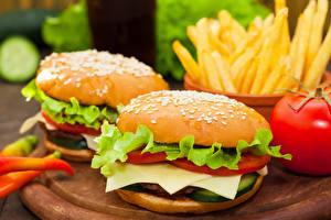 Фото Быстрое питание Гамбургер Булочки Овощи Картофель фри Двое