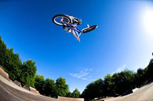 Картинка Небо Велосипеде Прыгает спортивный
