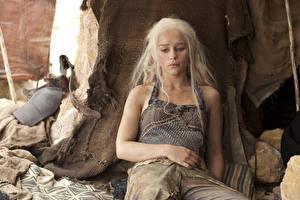 Фото Emilia Clarke Игра престолов (телесериал) Дейенерис Таргариен Блондинка Фильмы Девушки Знаменитости