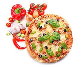 Обои Быстрое питание Пицца Томаты Перец овощной Лук репчатый Чеснок Белым фоном Базилик душистый Еда