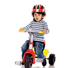 Фотографии Мальчики Велосипед Шлем Джинсы Белый фон Дети