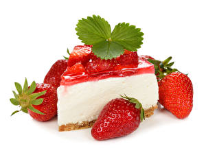 Фотография Сладкая еда Пирожное Клубника Листва Белым фоном Пища