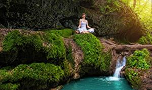Картинки Водопады Поза лотоса Мох Йога Ручей Девушки