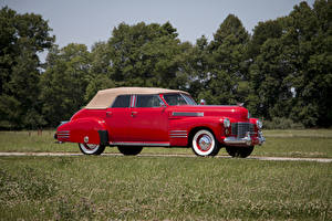 Картинки Кадиллак Винтаж Красный Сбоку Седан 1941 Sixty-Two Convertible Sedan Deluxe Автомобили