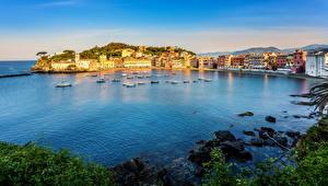 Картинка Италия Дома Море Камни Лодки Побережье Лигурия Sestri Levante Города