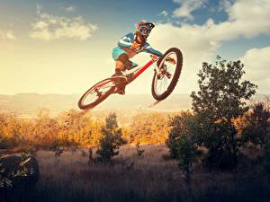 Картинки Небо Велосипед Шлем Прыгает спортивный