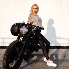 Картинки Блондинка Мотоциклист Ноги Девушки Мотоциклы