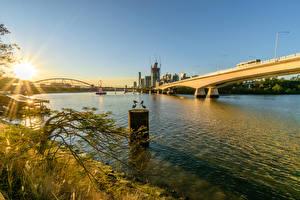 Картинки Австралия Реки Мосты Рассветы и закаты Брисбен Лучи света Города