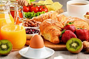 Картинка Круассан Клубника Сок Киви Яйца Пища