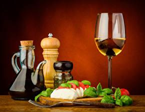 Картинка Натюрморт Сыры Вино Бокалы Кувшины Листва Еда