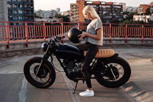 Картинка Блондинка Мотоциклист Шлем Девушки Мотоциклы