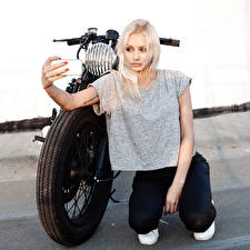 Картинка Блондинка Мотоциклист Ноги Девушки Мотоциклы