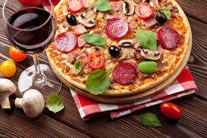 Фотографии Фастфуд Пицца Колбаса Грибы Овощи Вино Бокалы Базилик душистый Еда