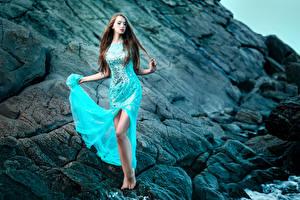 Фотография Камень Шатенки Ноги Платье Девушки